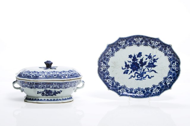 A chinese export porcelain tureen and stand