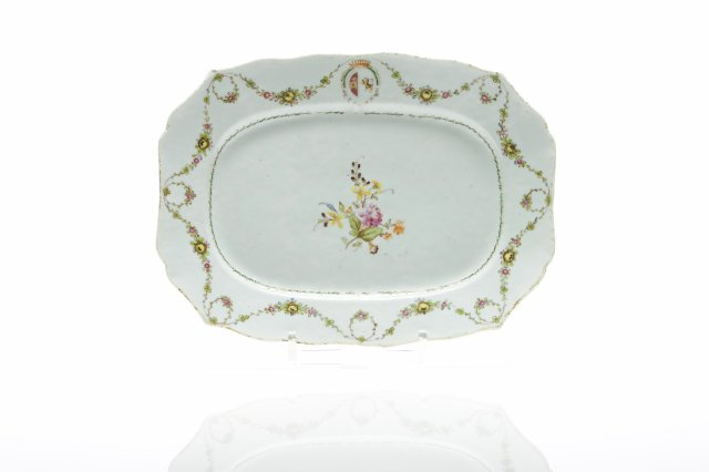 A chinese export porcelain scalloped dish