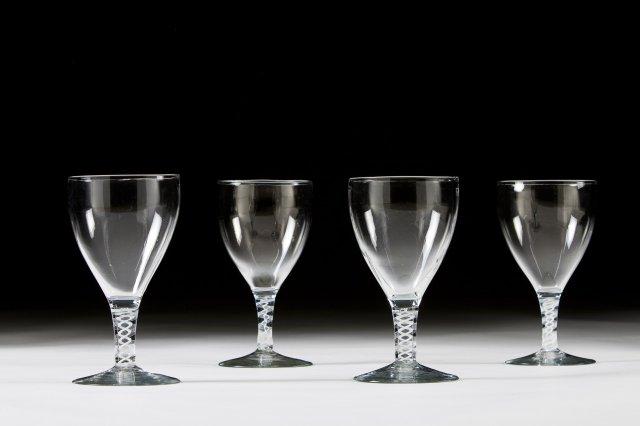 Quatro copos de pé alto