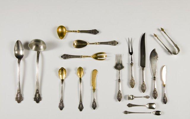 Conjunto de trinchantes e peças de servir