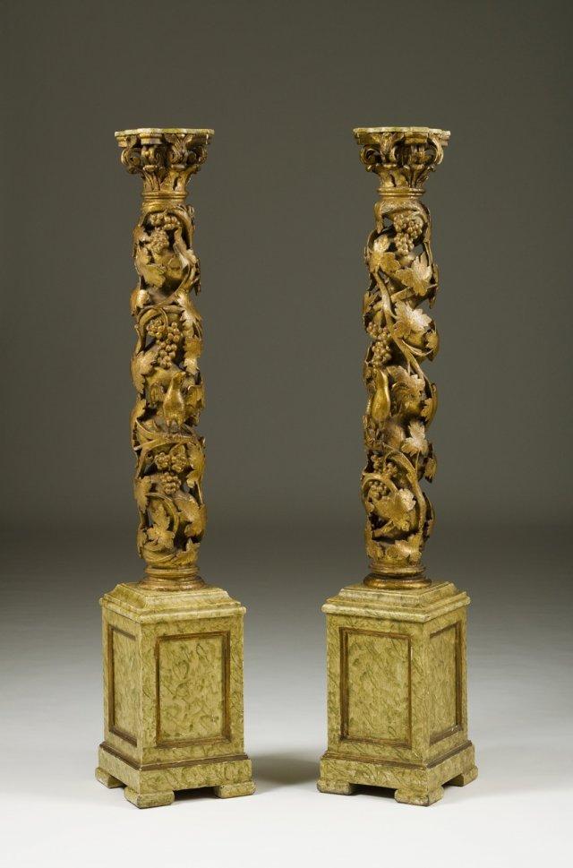 Par de colunas torsas com capitel