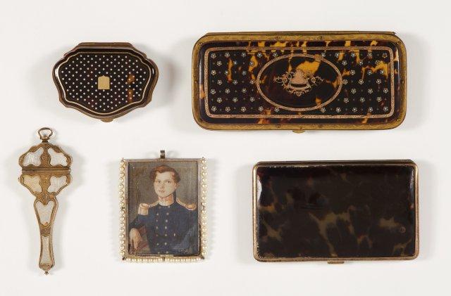 A small tortoiseshell purse, brass mounts