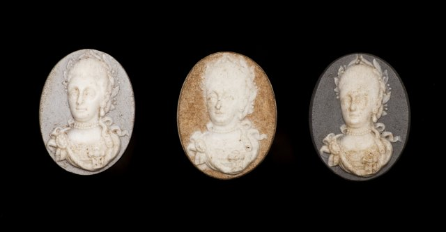 An 18th century biscuit cameo depicting the queen D. Maria I (1777-1816)