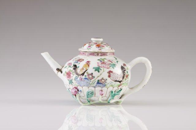 A Yongzheng tea pot