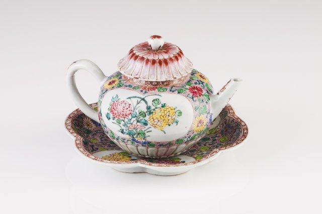 A Qianlong tea pot with saucer