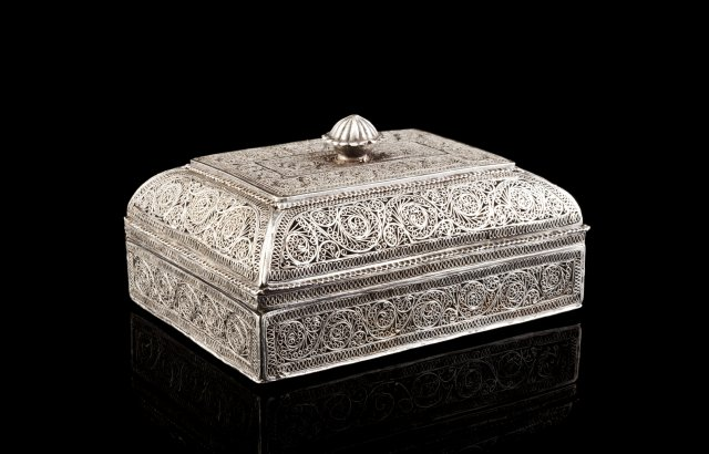 A late 18th, early 19th silver filigree box