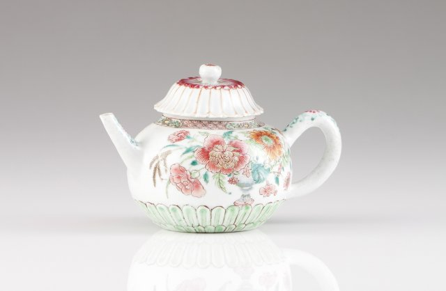 A Qianlong tea pot with cover