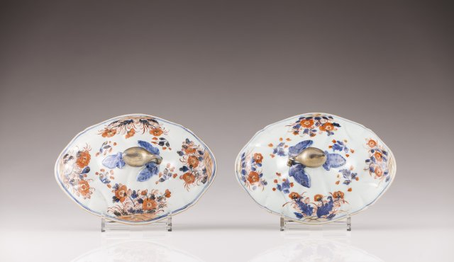 A pair of Kangxi scalloped entrée dish covers
