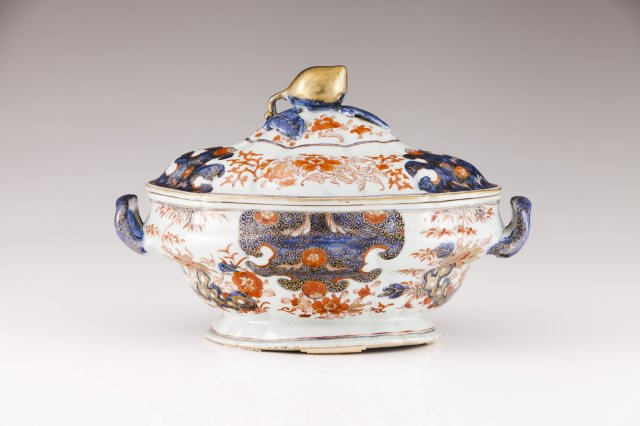 A Kangxi tureen with cover