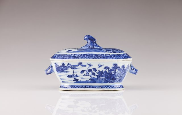 A small Qianlong octogonal tureen