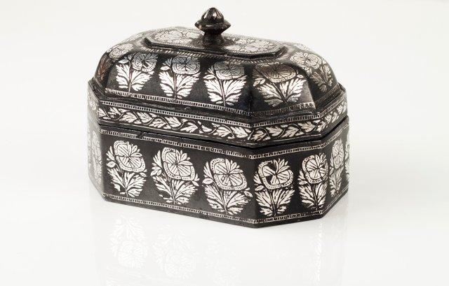An 18th century octagonal box