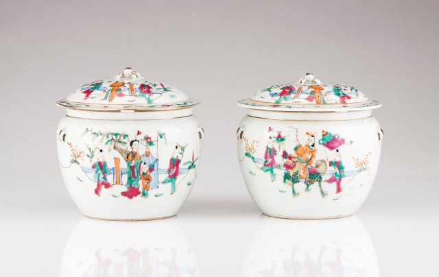 A pair of Chinese porcelain boxes with covers