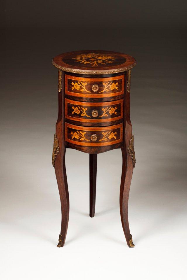 Pequena mesa de cabeceira estilo D. Maria