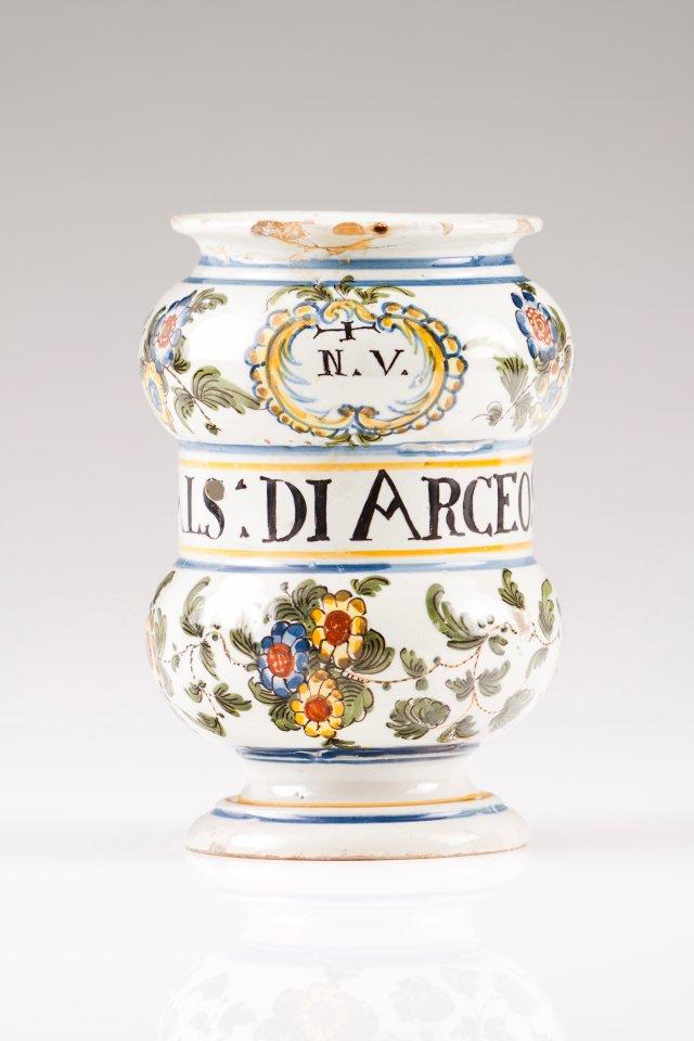 A beaker vase