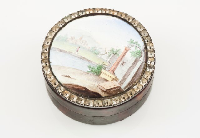 A round lided box