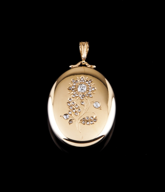 [Auction 73] Lot 59 – A diamond-set locket